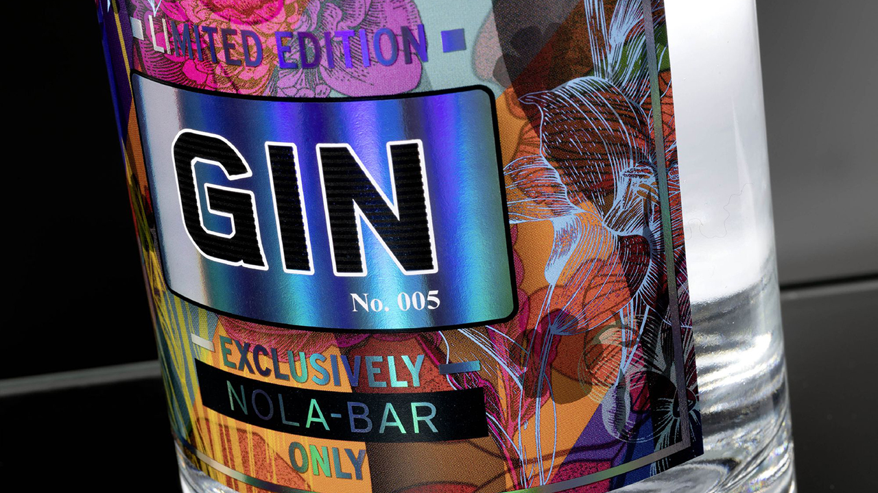 Shiny gin label with floral design and rainbow color effects, realized with digital printing